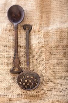 Bolos assados de outono e inverno. muffins saudáveis com especiarias tradicionais de outono com xícara de chá. Foto Premium