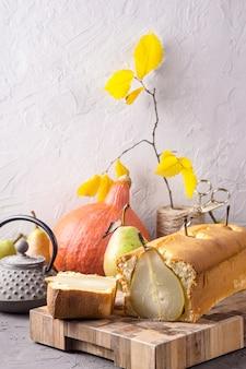 Bolos caseiros frescos com peras inteiras como uma sobremesa de outono