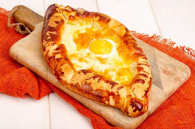 Bolos caseiros, khachapuri com queijo e ovo
