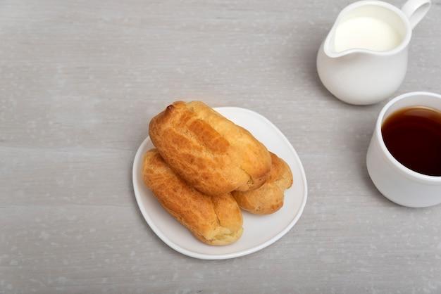 Bolos caseiros para chá. profiteroles ou puffs, popovers ou eclaires.