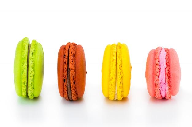 Bolos coloridos macarons. pequenos bolos franceses. macaroons de francês doces e coloridos