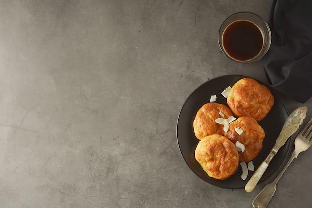 Bolos cozidos caseiros feitos da farinha de arroz. comida saudável, conceito de sobremesa.