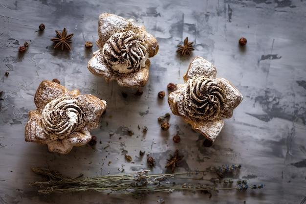 Bolos cupcakes cinza concreto superfície