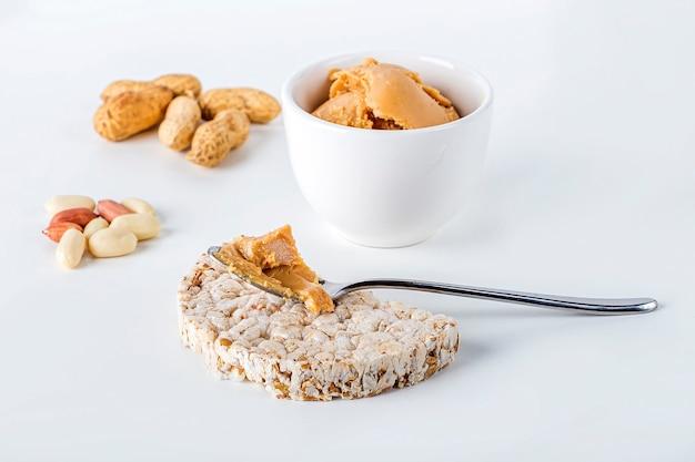 Bolos de arroz com pasta ou pasta de amendoim cremosa caseira.
