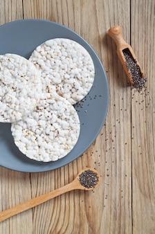 Bolos de arroz com sementes de chia em fundo de madeira, vista superior Foto Premium