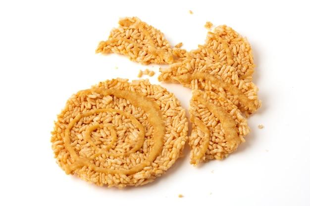 Bolos de arroz crocantes doces tailandeses com fio de cana-de-açúcar