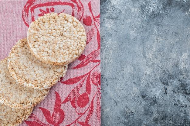 Bolos de arroz deliciosos em pano vermelho.