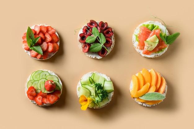Bolos de arroz enfeitam frutas e bagas em fundo bege comida vegana colorida e saudável