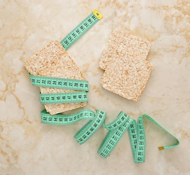 Bolos de arroz para perda de peso e uma fita para medir a cintura
