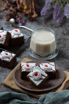 Bolos de baunilha e chocolate cortados em belas peças decorativas.