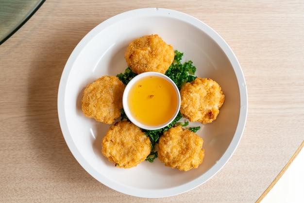 Bolos de camarão frito com molho doce