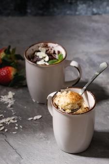 Bolos de chocolate e baunilha