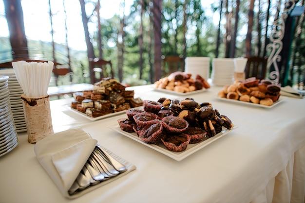 Bolos de chocolate em uma mesa de buffet de casamento em um restaurante