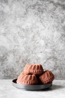 Bolos de chocolate no prato com cópia de frente