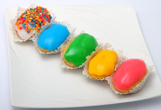 Bolos de creme com esmalte colorido