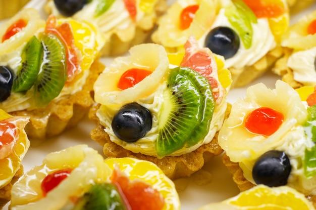Bolos de frutas coloridas brilhantes
