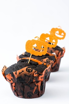 Bolos de halloween com abóboras decoram isolado no branco