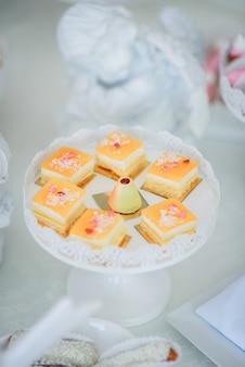 Bolos de laranja saborosos servidos em prato branco redondo