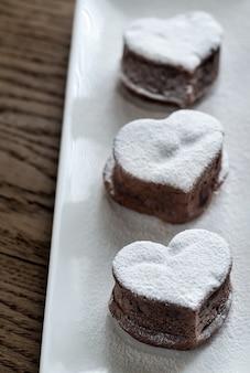 Bolos de lava de chocolate em forma de coração