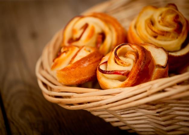 Bolos de maçã caseiros saborosos sobre fundo de madeira