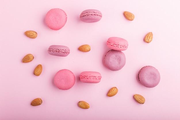 Bolos de macaron ou macaroon roxo e rosa com amêndoas
