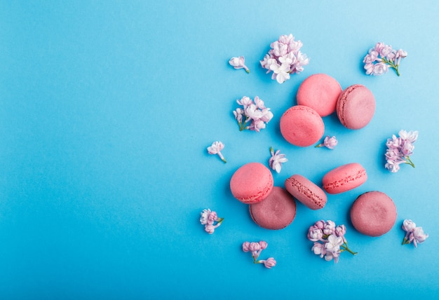 Bolos de macaron ou macaroon roxo e rosa com flores lilás