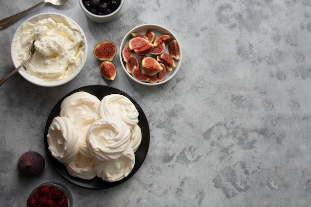 Bolos de merengue decorados com frutas vermelhas e figos
