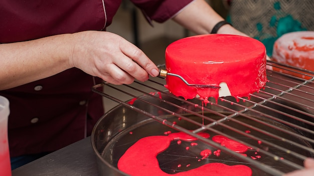 Bolos de mousse francesa com esmalte de espelho.