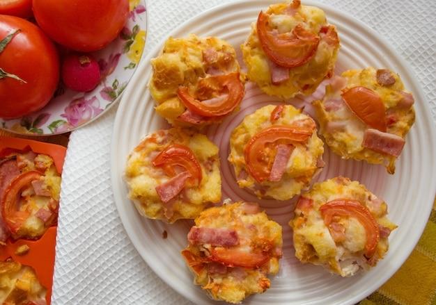 Bolos de pão com presunto e tomate