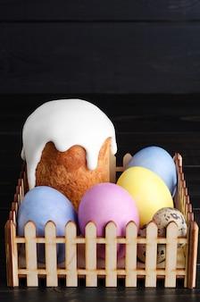 Bolos de páscoa e frango, ovos de codorna em um fundo escuro