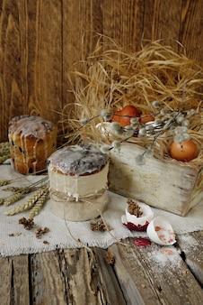 Bolos de páscoa e ovos de páscoa em caixa de madeira vintage