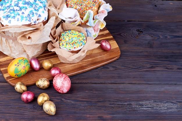 Bolos de páscoa e ovos na mesa de madeira. composição de rusti easter e copyspace.