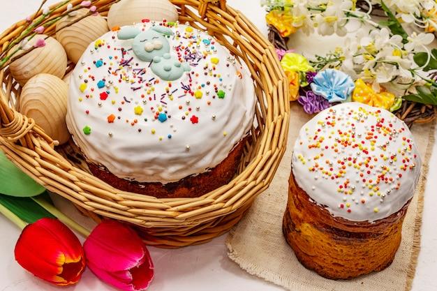Bolos de páscoa em fundo branco de massa de vidraceiro. pão festivo ortodoxo tradicional
