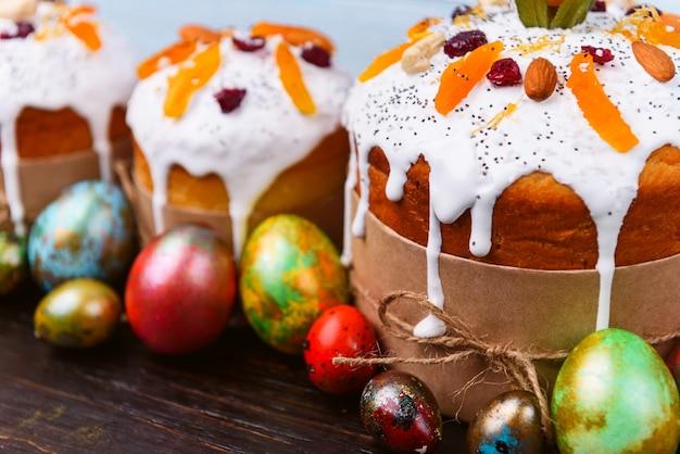 Bolos de páscoa eslavos clássicos com ovos de páscoa em uma mesa de madeira