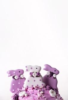 Bolos de páscoa tradicionais decorados com coelhinhos lilases