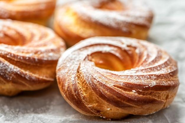 Bolos deliciosos recentemente cozidos com açúcar de confeiteiro, close-up.