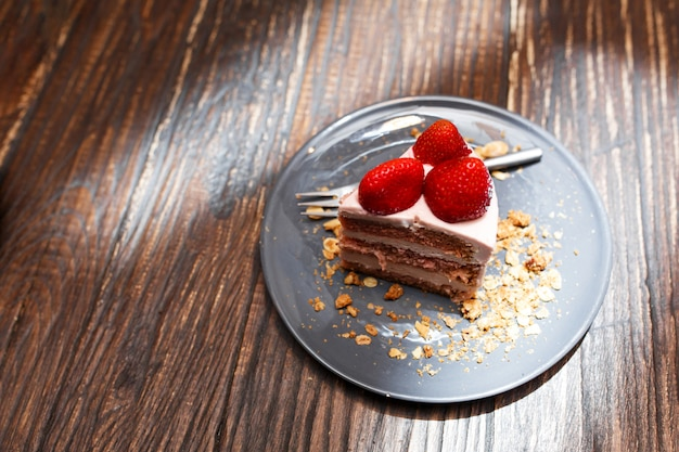 Bolos doces com frutas de verão em uma mesa de madeira. festa, mesa doce. verão oferecer sobremesas no restaurante.