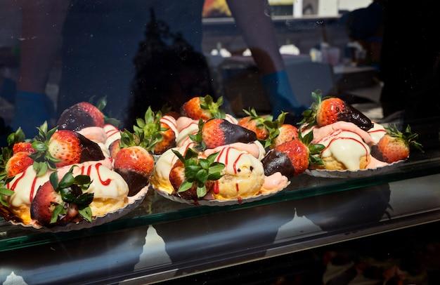 Bolos doces com morango para venda