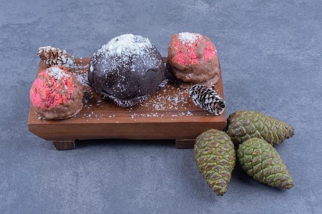 Bolos doces de chocolate e rosa com açúcar em pó