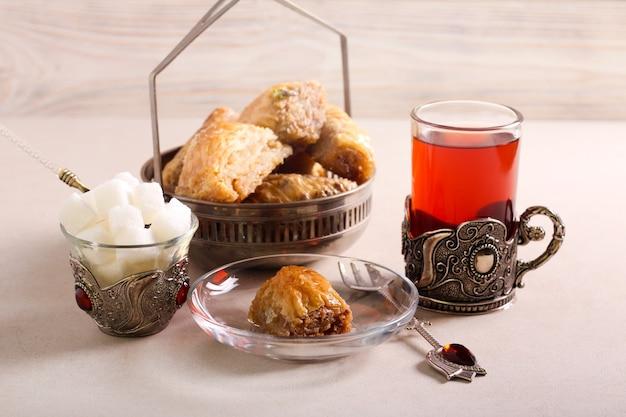 Bolos doces de sobremesa de baklava servidos com chá