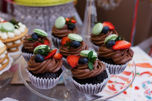 Bolos e doces com chocolate e frutas ..