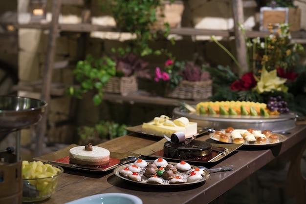 Bolos e doces de férias em cima da mesa