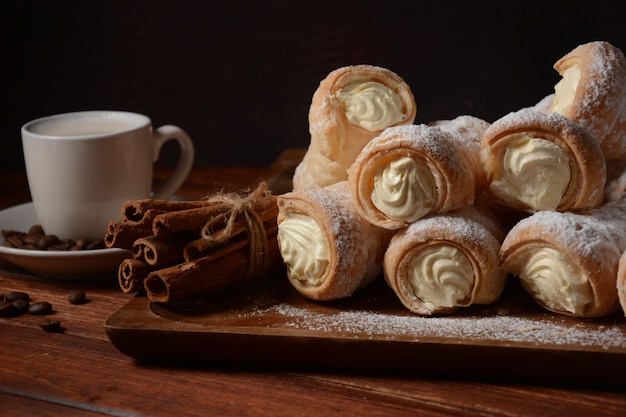 Bolos elegantes de chifre de creme francês. chifres deliciosos recheados com creme de baunilha