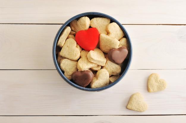 Bolos em forma de coração em uma caixa redonda