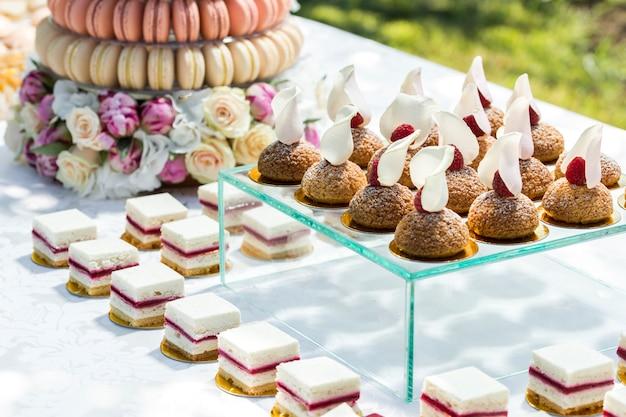 Bolos em mesa de banquete decorada com flores
