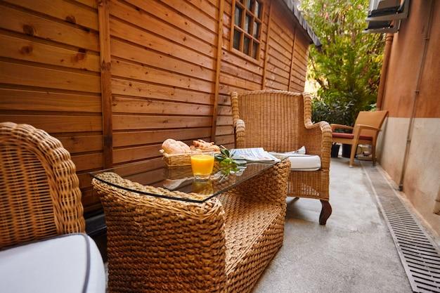 Bolos frescos, suco de laranja, ramo de oliveira e jornal fresco na mesa para o café da manhã