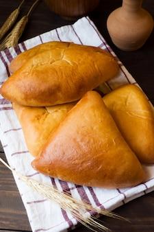 Bolos quentes, bolos de manteiga, comida russa tradicional
