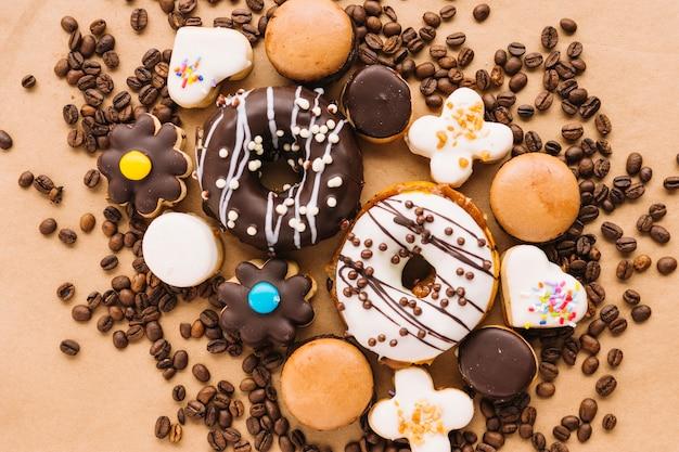 Bolos saborosos e cookies entre grãos de café