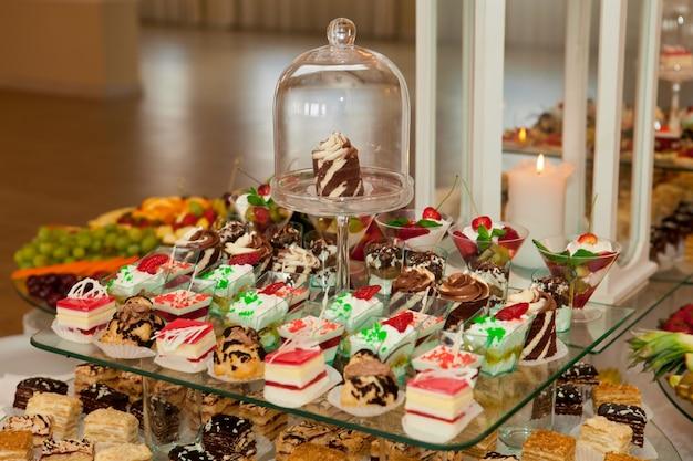 Bolos saborosos e doces no banquete de casamento