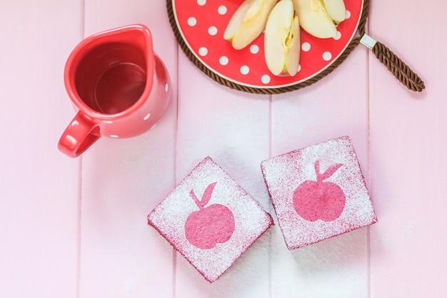 Bolos saudáveis quadrados deliciosos da fruta feitos do corinto, maçãs.